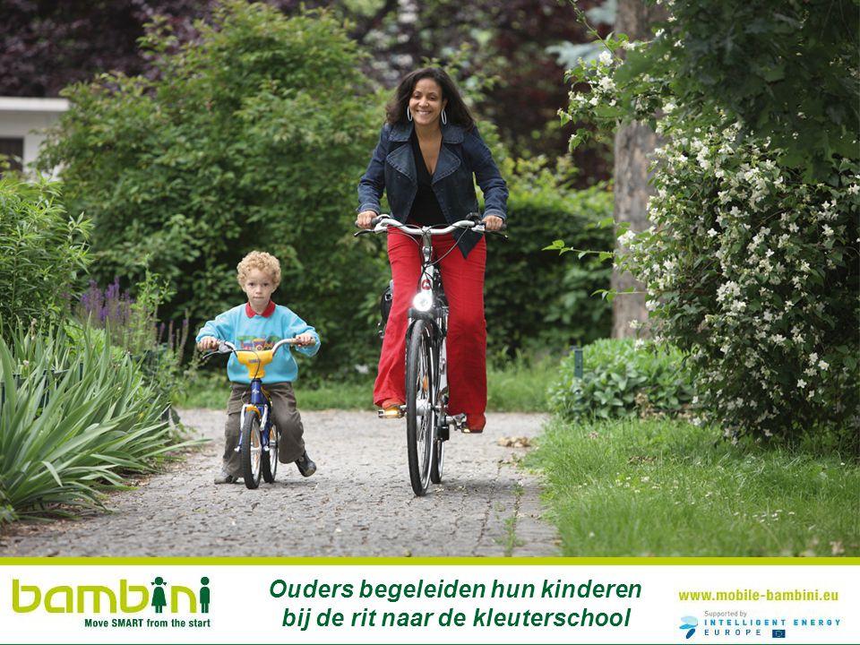 Ouders begeleiden hun kinderen bij de rit naar de kleuterschool