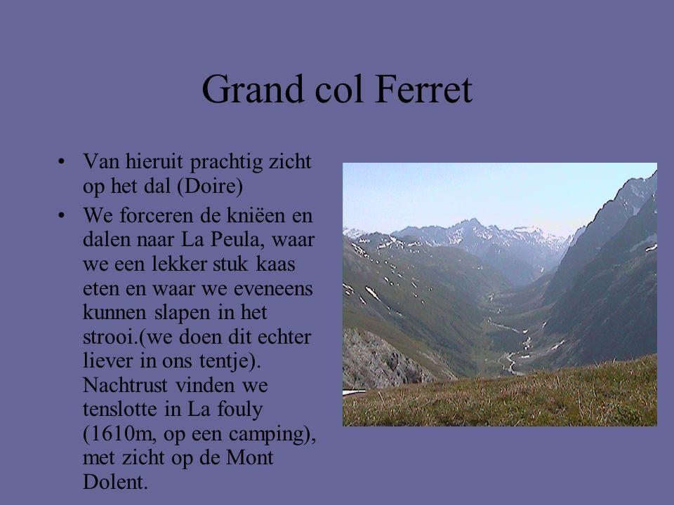 Grand col Ferret •Van hieruit prachtig zicht op het dal (Doire) •We forceren de kniëen en dalen naar La Peula, waar we een lekker stuk kaas eten en wa