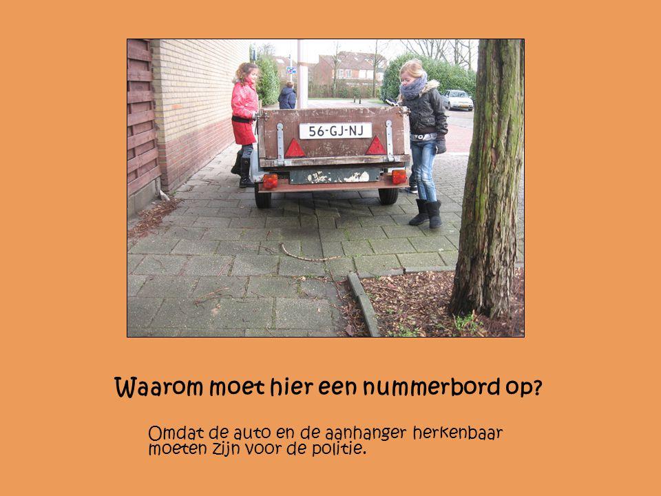 Waarom moet hier een nummerbord op? Omdat de auto en de aanhanger herkenbaar moeten zijn voor de politie.