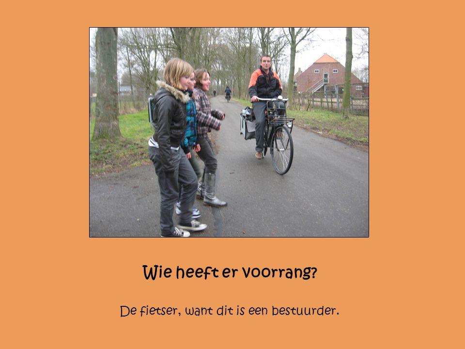 Wie heeft er voorrang? De fietser, want dit is een bestuurder.