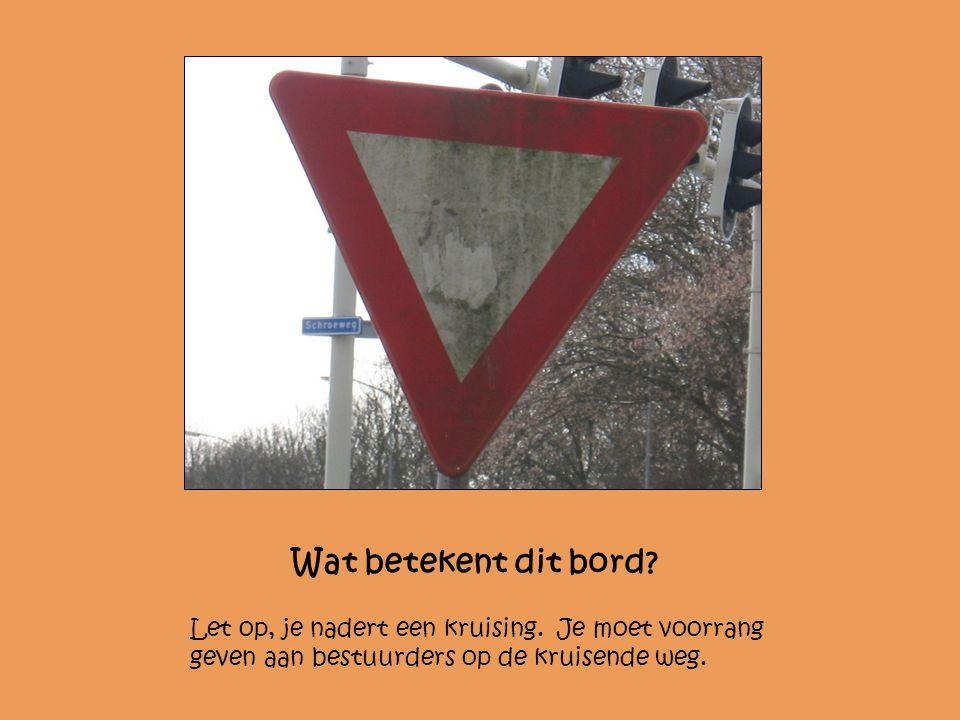 Wat betekent dit bord? Let op, je nadert een kruising. Je moet voorrang geven aan bestuurders op de kruisende weg.