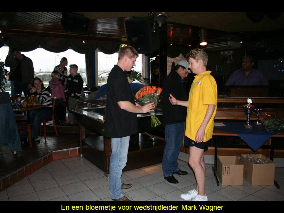 En een bloemetje voor wedstrijdleider Mark Wagner