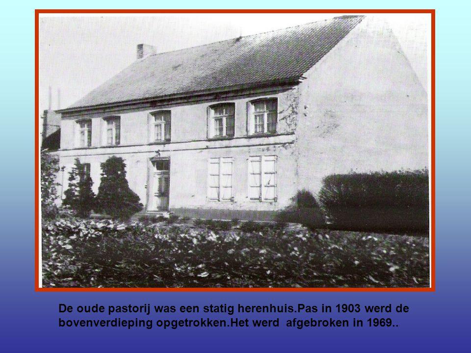 Het Kruise aan de hoek van Nijverheidsstraat en Deken De Bostraat.Deze foto dateert uit 1920.
