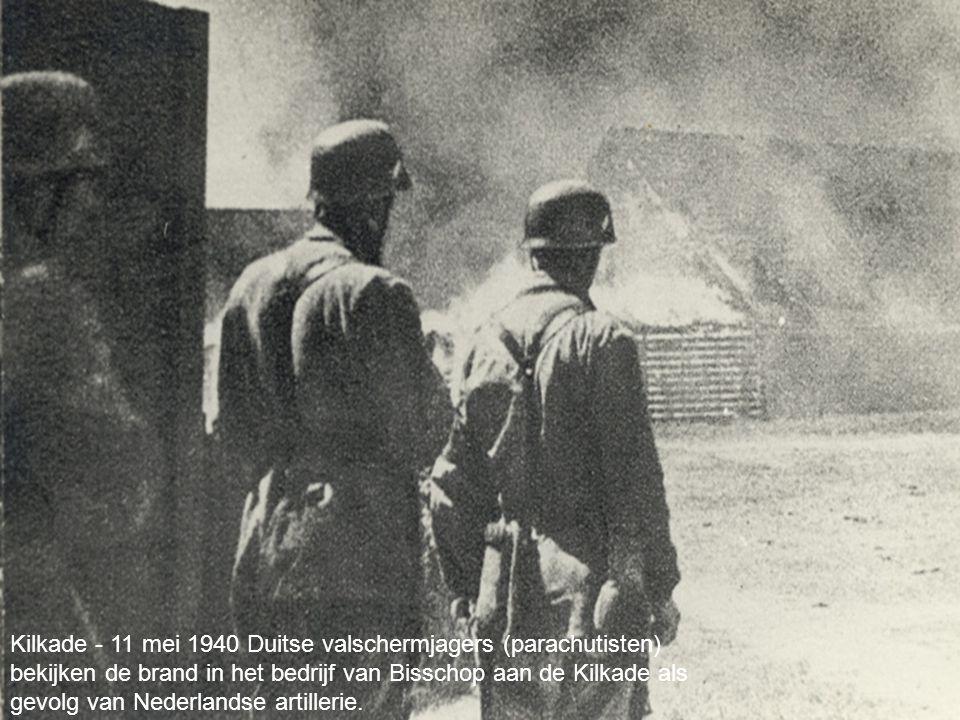 your name Kilkade - 11 mei 1940 Duitse valschermjagers (parachutisten) bekijken de brand in het bedrijf van Bisschop aan de Kilkade als gevolg van Nederlandse artillerie.