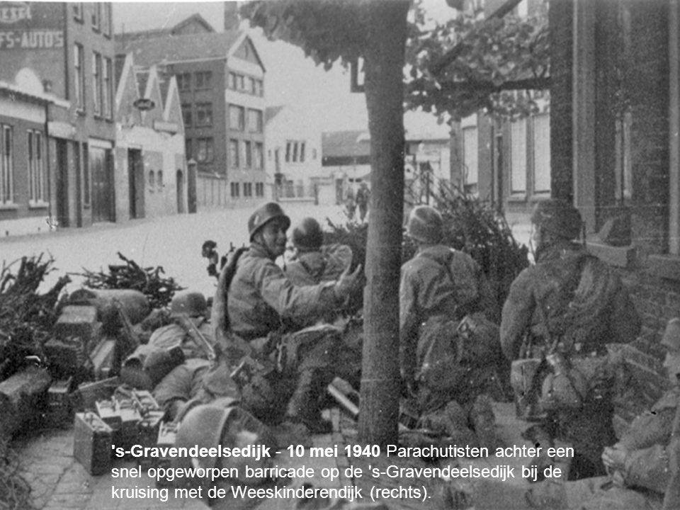 your name s-Gravendeelsedijk - 10 mei 1940 Parachutisten achter een snel opgeworpen barricade op de s-Gravendeelsedijk bij de kruising met de Weeskinderendijk (rechts).