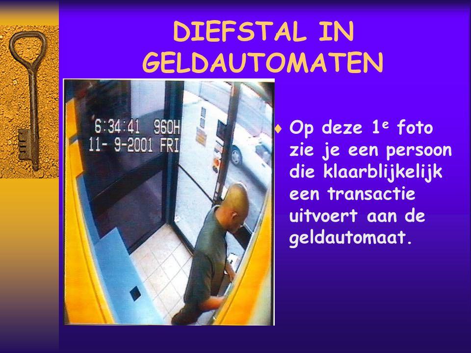  Wat hij werkelijk doet is t plaatsen van de valstrik in de geldautomaat om de pinpas van de volgende gebruiker te vangen .