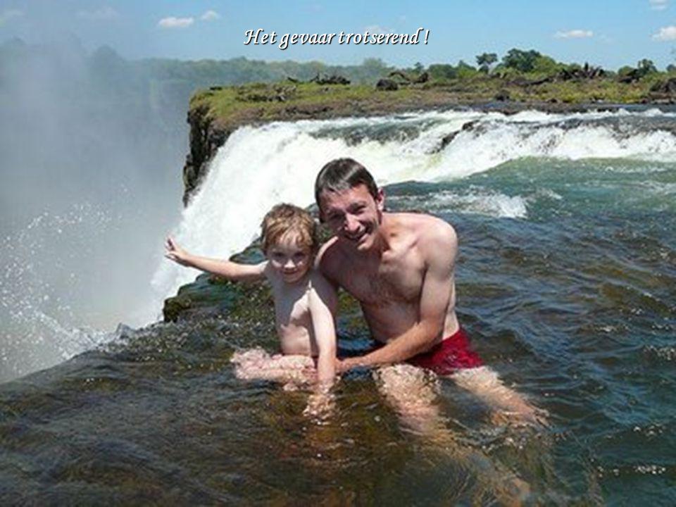 """o JAWEL !!! Deze plek, """"Het zwembad van de duivel"""" genoemd, is een echt natuurlijk zwembad bovenaan de Victoriawatervallen in Zimbabwe, op een hoogte"""