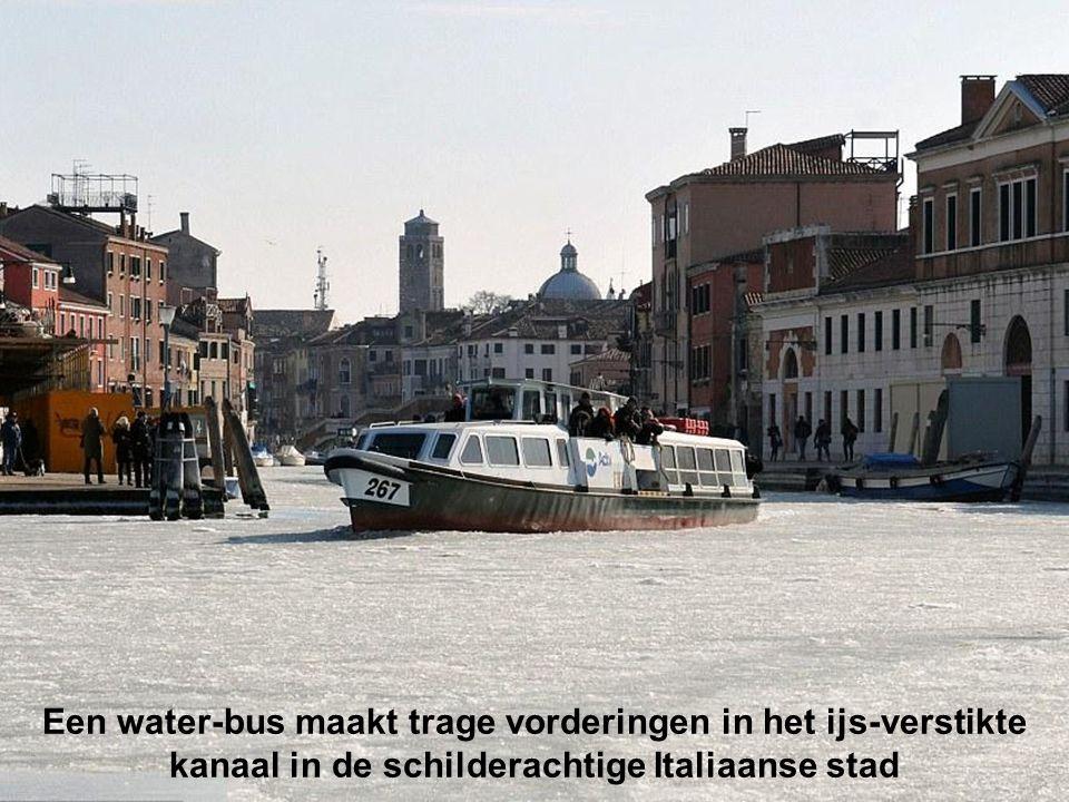 Een kleine passagiersboot baant zich een weg door het ijs op het Venetië kanaal met een temperatuur van -10 graden Strenge tot zeer strenge vorst in Europa 7 februari 2012