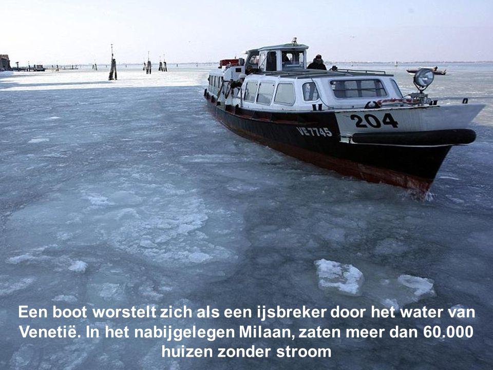 Een boot worstelt zich als een ijsbreker door het water van Venetië.