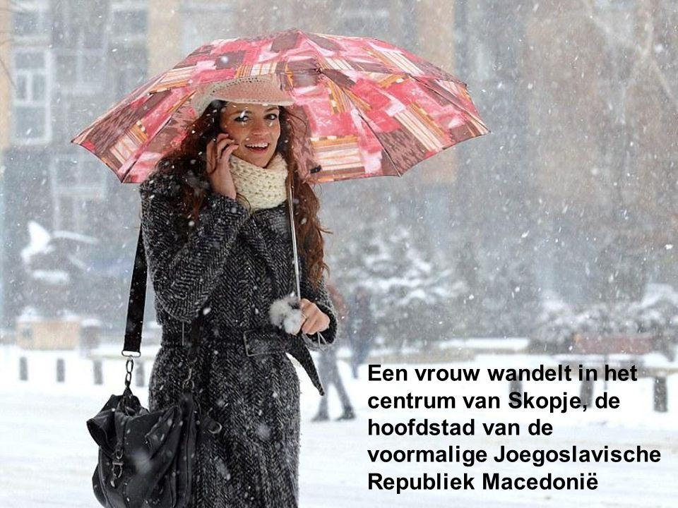 Een vrouw wandelt in het centrum van Skopje, de hoofdstad van de voormalige Joegoslavische Republiek Macedonië