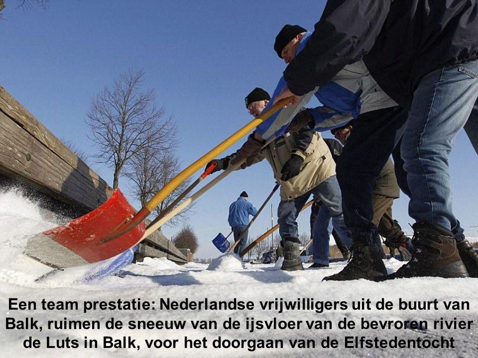 Winter wonderland: De bevroren grachten van Amsterdam werden een gigantische speeltuin, fietsen, schaatsen en wandelen op het ijs