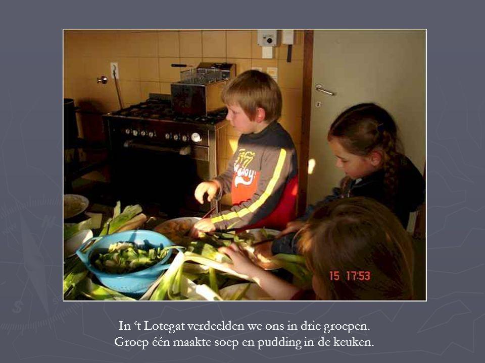 In 't Lotegat verdeelden we ons in drie groepen. Groep één maakte soep en pudding in de keuken.