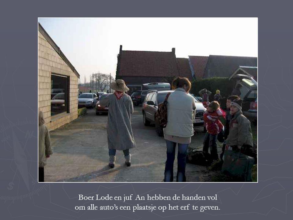 Boer Lode en juf An hebben de handen vol om alle auto's een plaatsje op het erf te geven.