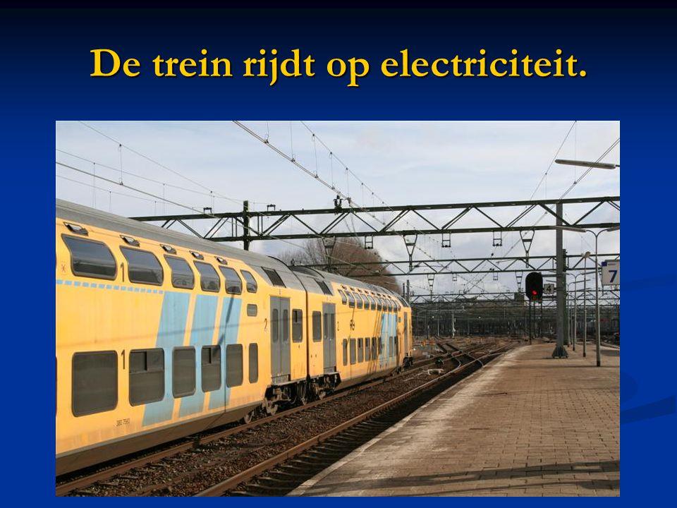 De trein rijdt op electriciteit.