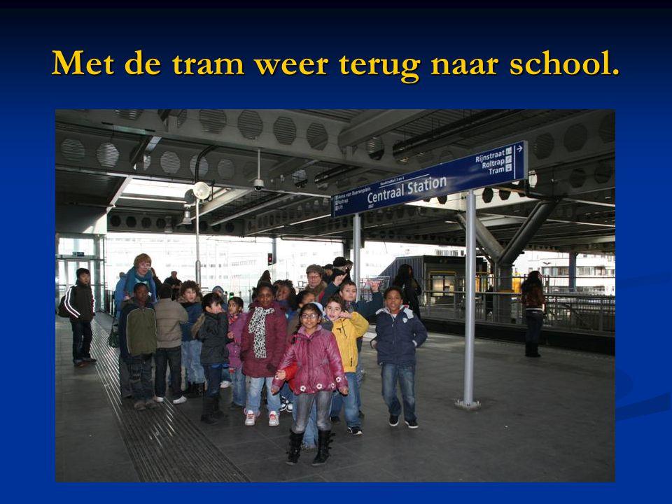 Met de tram weer terug naar school.