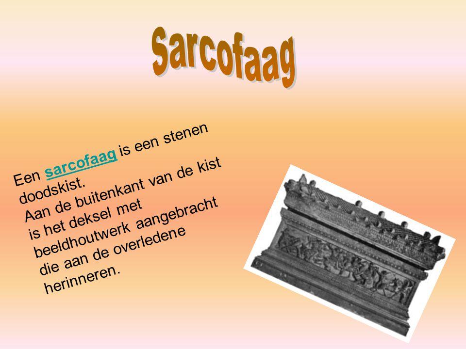 Een sarcofaag is een stenen doodskist.sarcofaag Aan de buitenkant van de kist is het deksel met beeldhoutwerk aangebracht die aan de overledene herinn