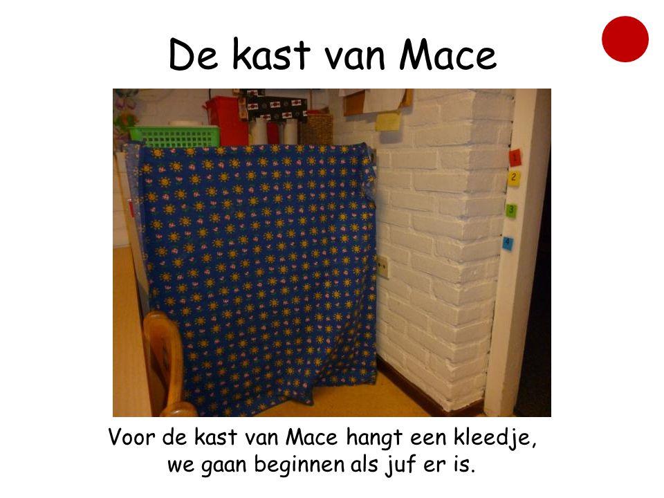 De kast van Mace Voor de kast van Mace hangt een kleedje, we gaan beginnen als juf er is.