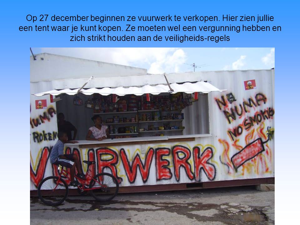 Op 27 december beginnen ze vuurwerk te verkopen. Hier zien jullie een tent waar je kunt kopen.