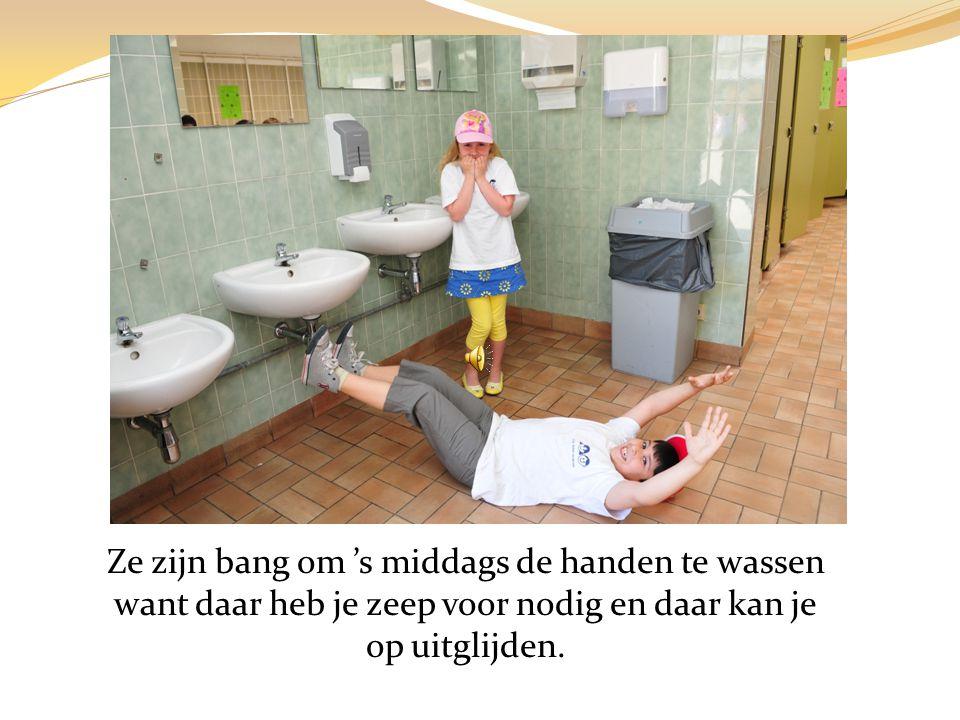 Ze zijn bang om 's middags de handen te wassen want daar heb je zeep voor nodig en daar kan je op uitglijden.