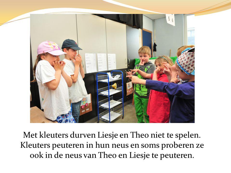 Nu zijn Theo en Liesje een gevaarlijk spook en een lelijke heks en durven ze huiswerk maken en de hond aaien…