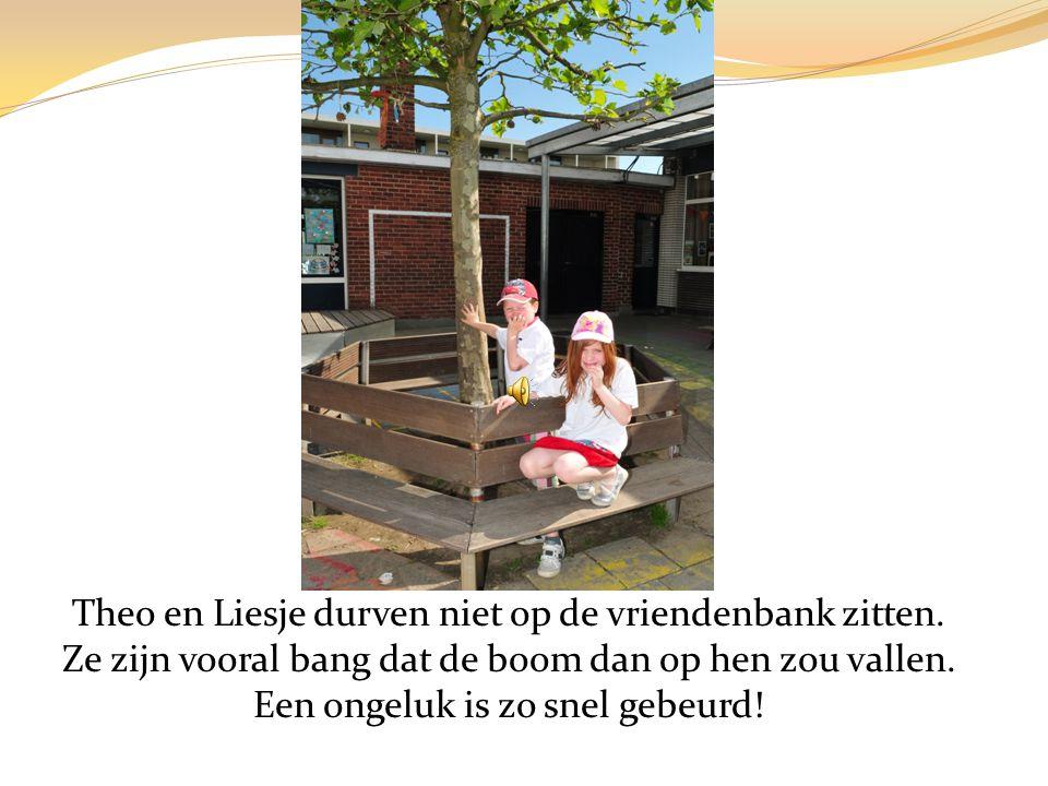 Theo en Liesje durven niet op de vriendenbank zitten.