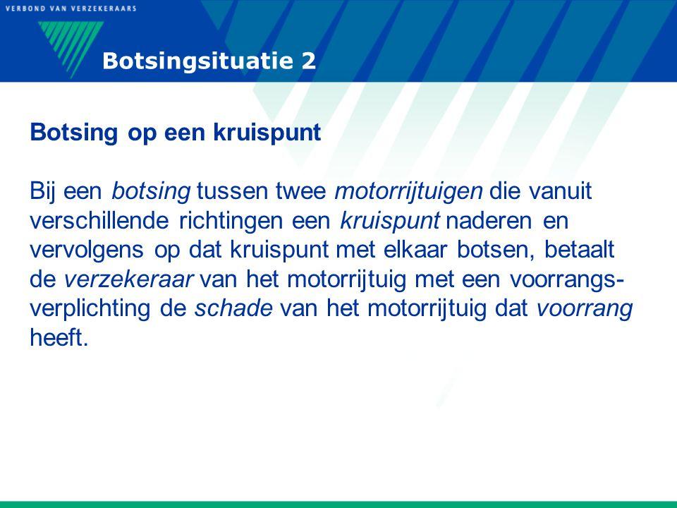 Botsingsituatie 2 Botsing op een kruispunt Bij een botsing tussen twee motorrijtuigen die vanuit verschillende richtingen een kruispunt naderen en ver