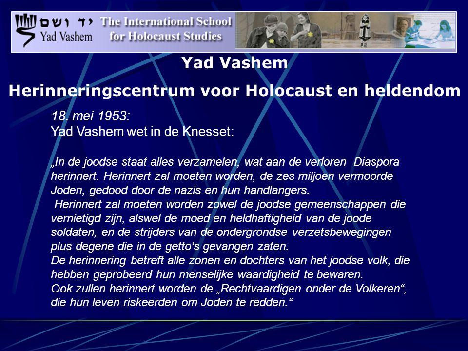"""""""Daarom werd de Berg van de Herinnering, Har Hazikkaron, op een gegeven moment in twee stukken verdeeld: het gedeelte van de berg, dat aan de kant van de stad Jeruzalem is, herbergt een militaire begraafplaats alswel een begraafplaats voor de stichter van het zionisme en enkele van haar belangrijke leiders.Aan de andere kant, de kant van de bergen, met de rug naar de stad, bevindt zich het instituut ter herinnering aan de vernietiging van het europese jodendom."""