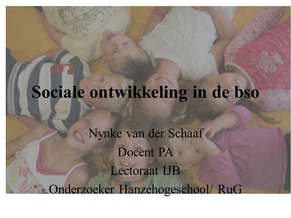 Sociale ontwikkeling in de bso Nynke van der Schaaf Docent PA Lectoraat IJB Onderzoeker Hanzehogeschool/ RuG