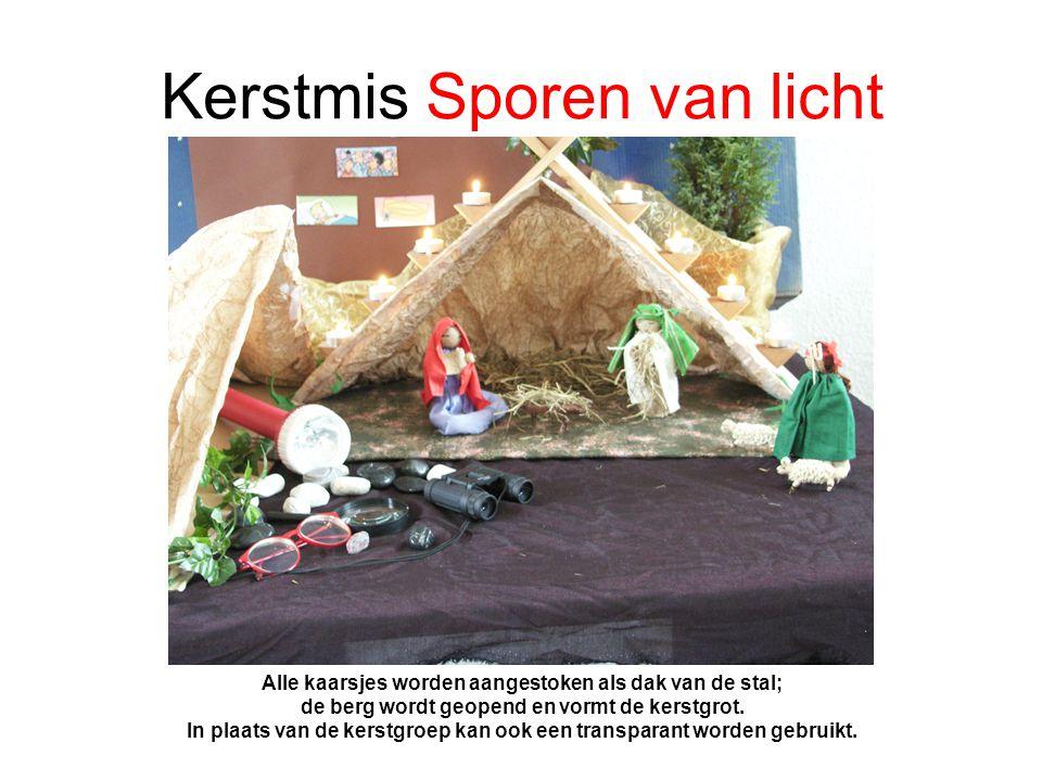 Kerstmis Sporen van licht Alle kaarsjes worden aangestoken als dak van de stal; de berg wordt geopend en vormt de kerstgrot.