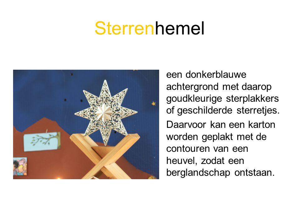 Sterrenhemel een donkerblauwe achtergrond met daarop goudkleurige sterplakkers of geschilderde sterretjes. Daarvoor kan een karton worden geplakt met