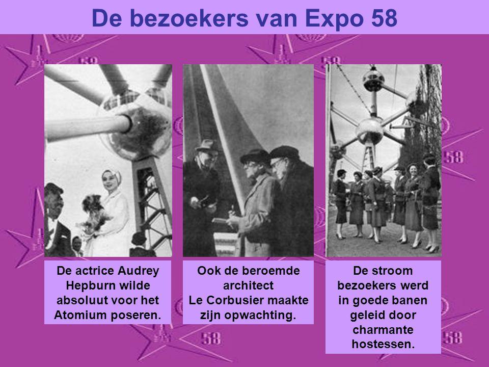 Iedereen moest en zou een familiekiekje hebben vóór het Atomium. VROLIJK BELGIË trok massa's bezoekers. Bezoeksters in de typische klederdracht van de