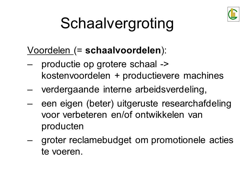 Schaalvergroting Voordelen (= schaalvoordelen): –productie op grotere schaal -> kostenvoordelen + productievere machines –verdergaande interne arbeids