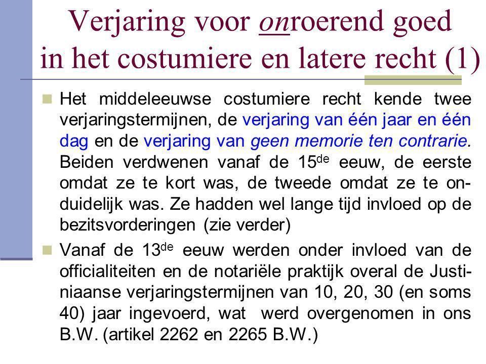 Verjaring voor onroerend goed in het costumiere en latere recht (1)  Het middeleeuwse costumiere recht kende twee verjaringstermijnen, de verjaring v