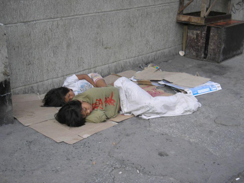 straatkinderen in de Filippijnen leven circa 3 miljoen straatkinderen… • geen stabiele thuissituatie • leven de hele dag op straat • vaak slachtoffer van exploitatie • niet naar school • slachtoffer van geweld en/of seksueel misbruik • verslaafd aan drugs • voor levensonderhoud genoodzaakt om te: -bedelen- klusjes -producten verkoop- prostitutie