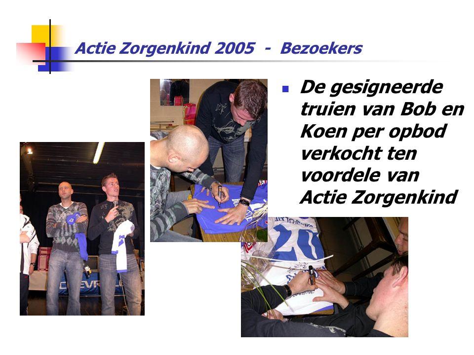 Actie Zorgenkind 2005 - Bezoekers  De gesigneerde truien van Bob en Koen per opbod verkocht ten voordele van Actie Zorgenkind