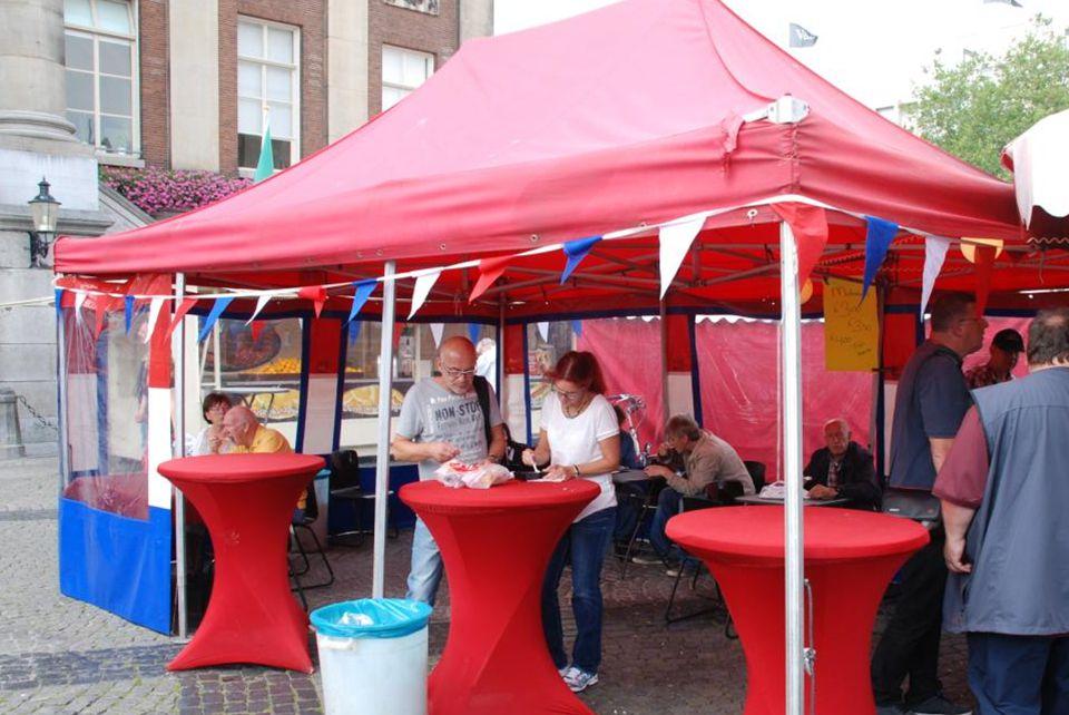 Klanten kunnen in de tent (met tafels en stoelen) hun koopwaar die ze bij de verkoopwagen hebben gekocht tevens nuttigen (een tip voor de Rotterdamse