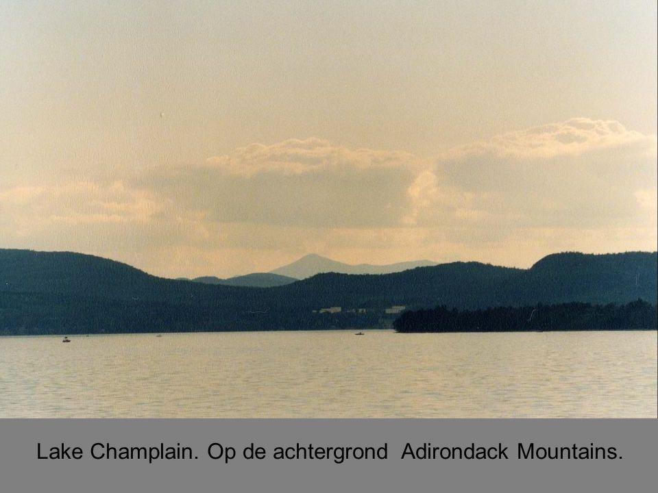 Lake Champlain. Op de achtergrond Adirondack Mountains.