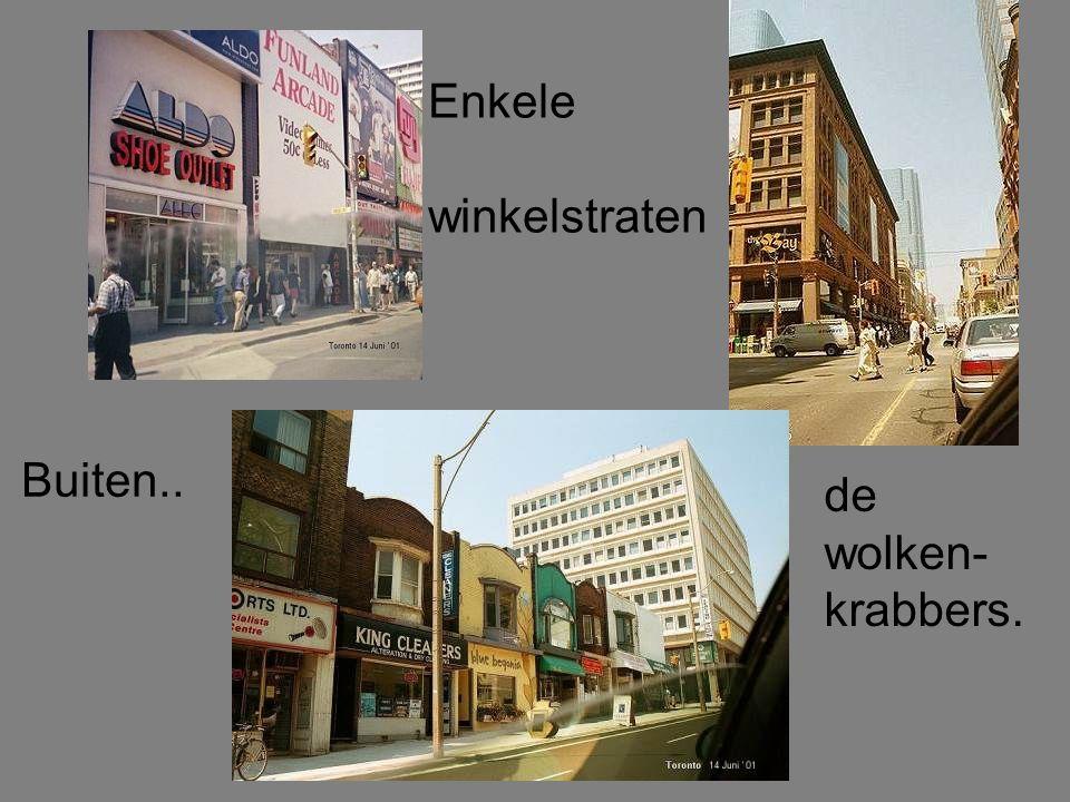 Contrast tussen de kleine winkeltjes en het kolossale gebouw.