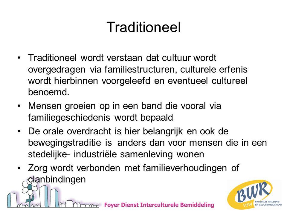 Traditioneel •Traditioneel wordt verstaan dat cultuur wordt overgedragen via familiestructuren, culturele erfenis wordt hierbinnen voorgeleefd en eventueel cultureel benoemd.