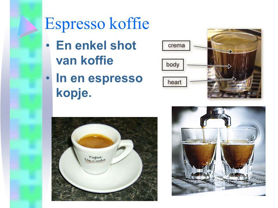 Espresso koffie •En enkel shot van koffie •In en espresso kopje.