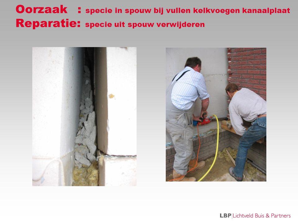 Oorzaak: specie in spouw bij vullen kelkvoegen kanaalplaat Reparatie: specie uit spouw verwijderen