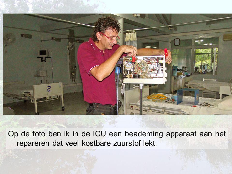 Op de foto ben ik in de ICU een beademing apparaat aan het repareren dat veel kostbare zuurstof lekt.