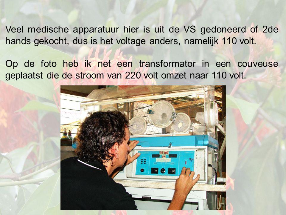 Veel medische apparatuur hier is uit de VS gedoneerd of 2de hands gekocht, dus is het voltage anders, namelijk 110 volt.