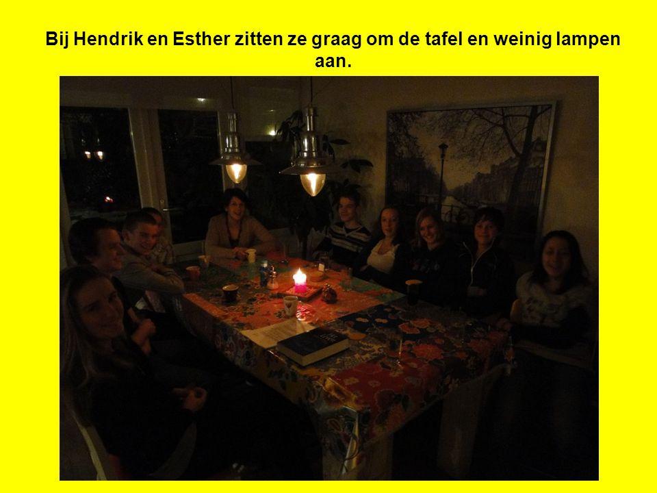 Bij Hendrik en Esther zitten ze graag om de tafel en weinig lampen aan.