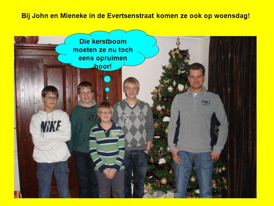 Bij John en Mieneke in de Evertsenstraat komen ze ook op woensdag! Die kerstboom moeten ze nu toch eens opruimen hoor!