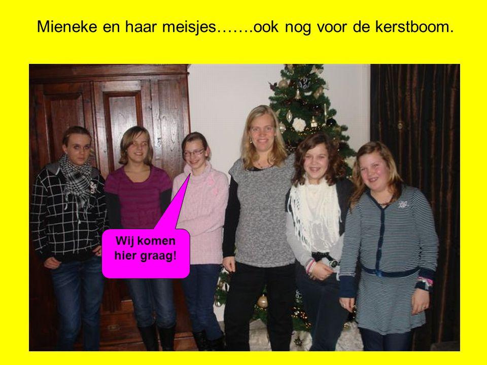 Mieneke en haar meisjes…….ook nog voor de kerstboom. Wij komen hier graag!