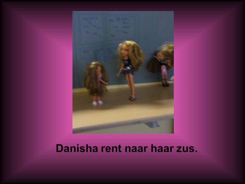 Danisha rent naar haar zus.