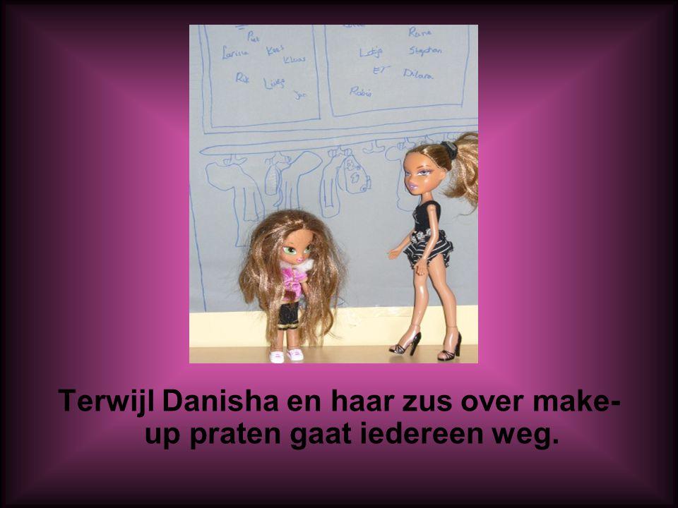 Terwijl Danisha en haar zus over make- up praten gaat iedereen weg.