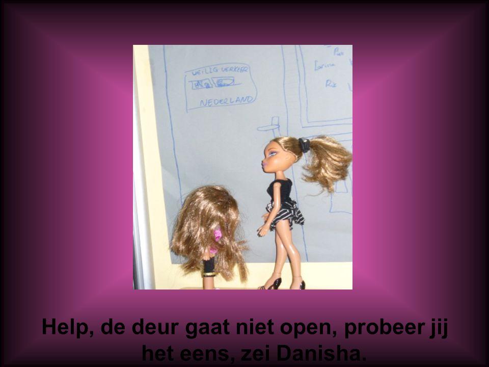 Help, de deur gaat niet open, probeer jij het eens, zei Danisha.