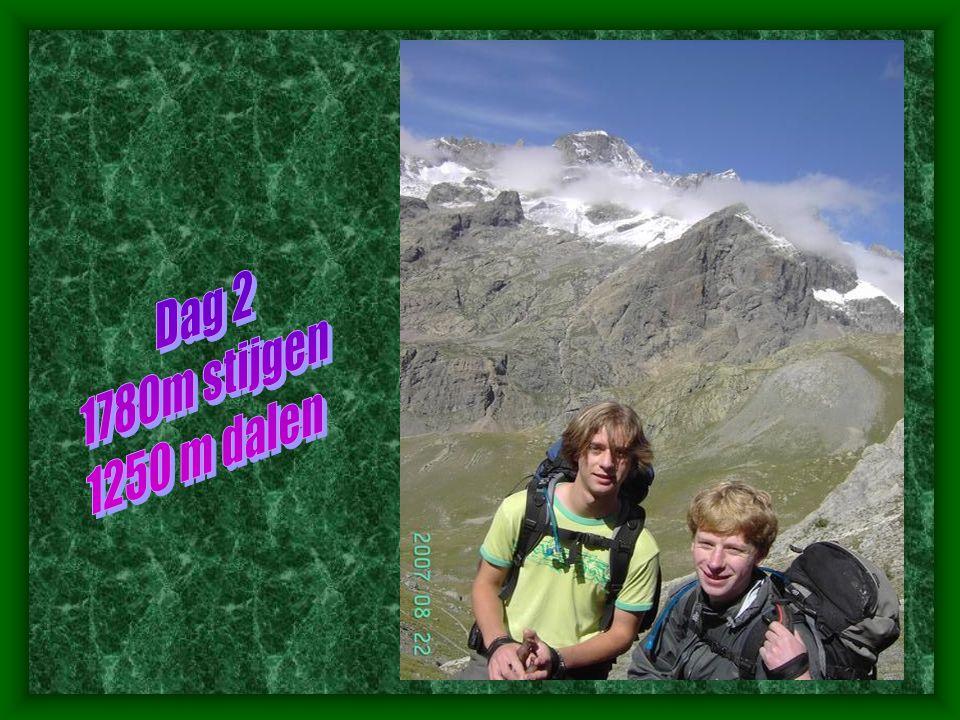 Naar Col de la Muzelle (2625 m) • Een zeer steile en inspannende klim brengt ons tenslotte op de col de la Muzelle.de foto hiernaast toont ons de col (genomen van op col de côte Belle).